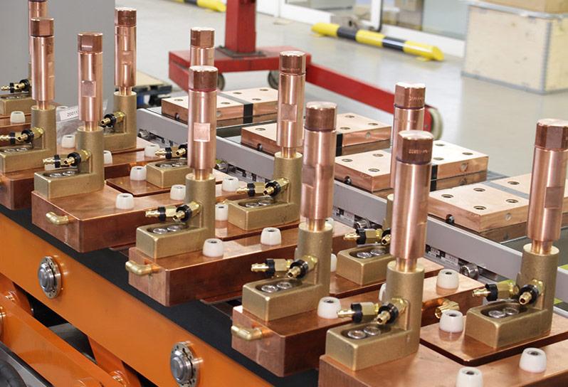 Electrodos montados en un sistema de soldadura por resistencia